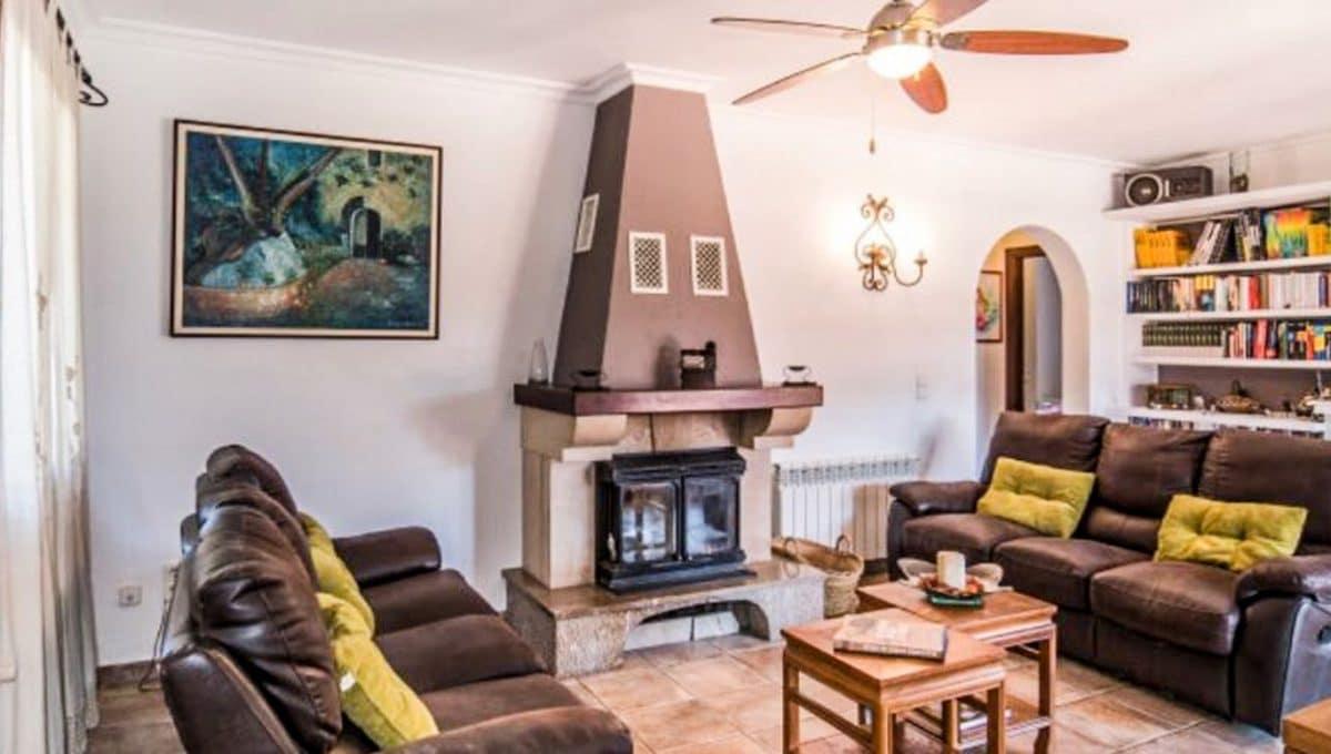 Wohnzimmer mit Kamin und schone sofas in Arta