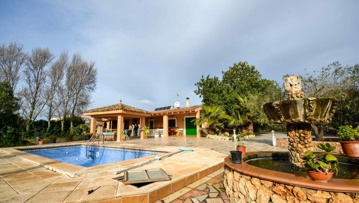 Blick auf dem Pool und Haus in Felanitx