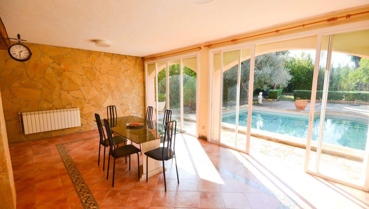 Sommer Esszimmer mit Ausgang auf die Terrasse