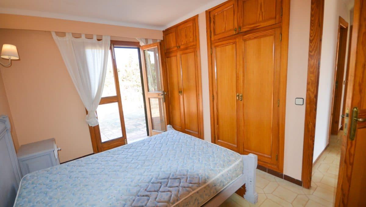 Schlafzimmer mit Einbauschränke und terrasse