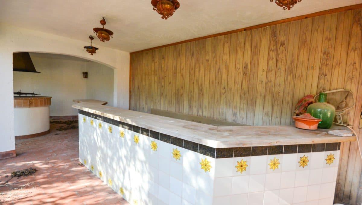 Sommerküche mit Bar auf der Poolterrasse