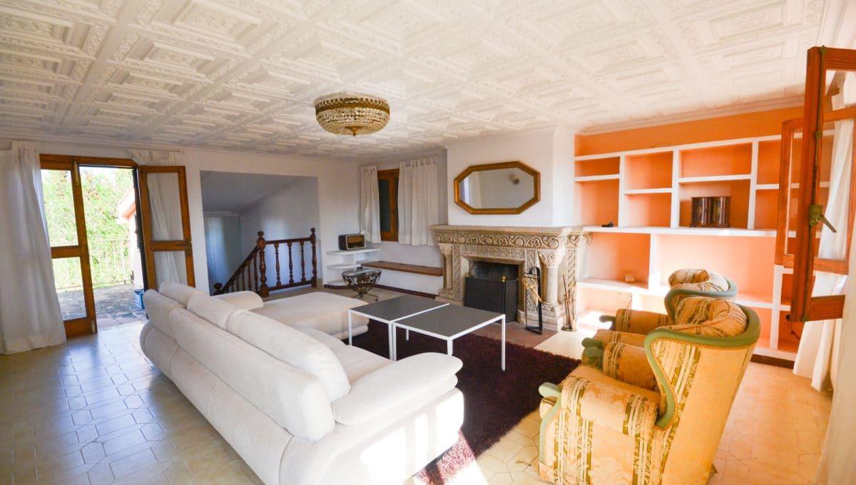 Breite Wohnzimmer mit Terrasse und Kamin