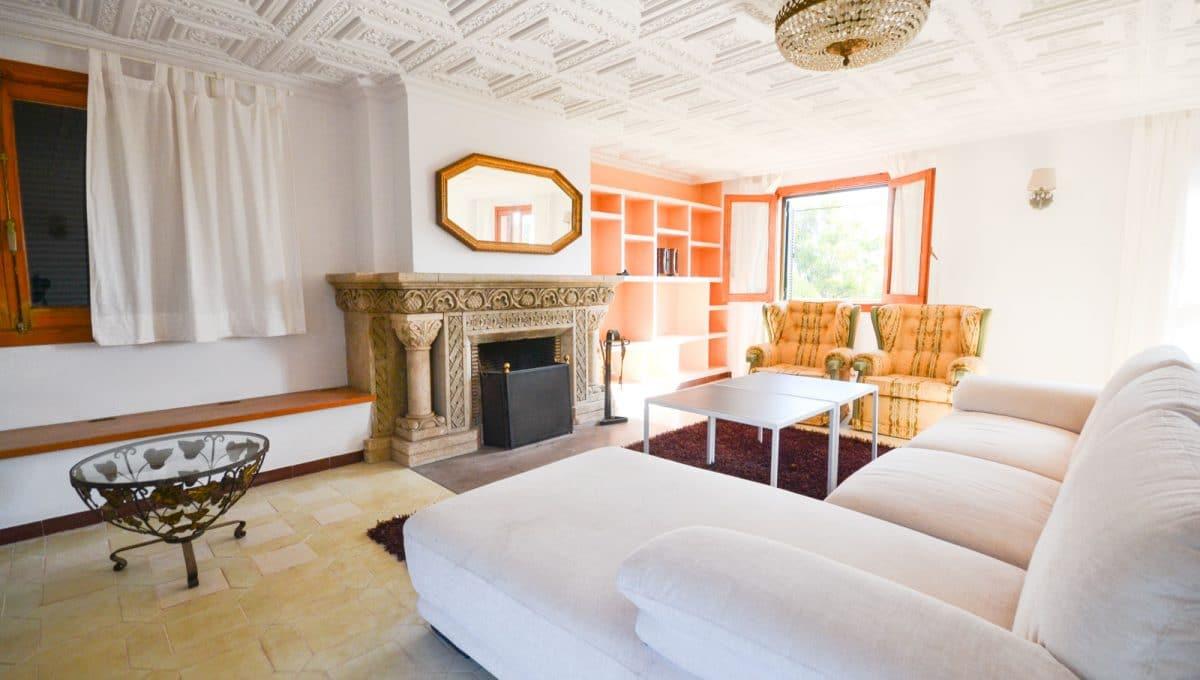 Helle Wohnzimmer mit Kamin in Llucmayor