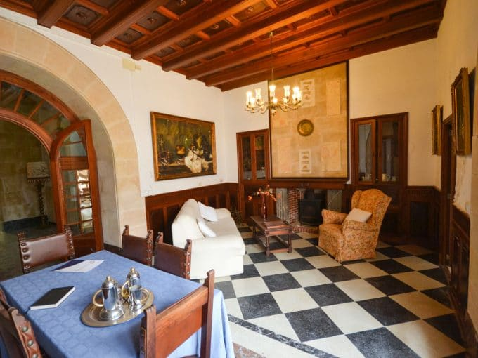 Typische Wohnzimmer mit Kamin un Holzbalken in Felanitx