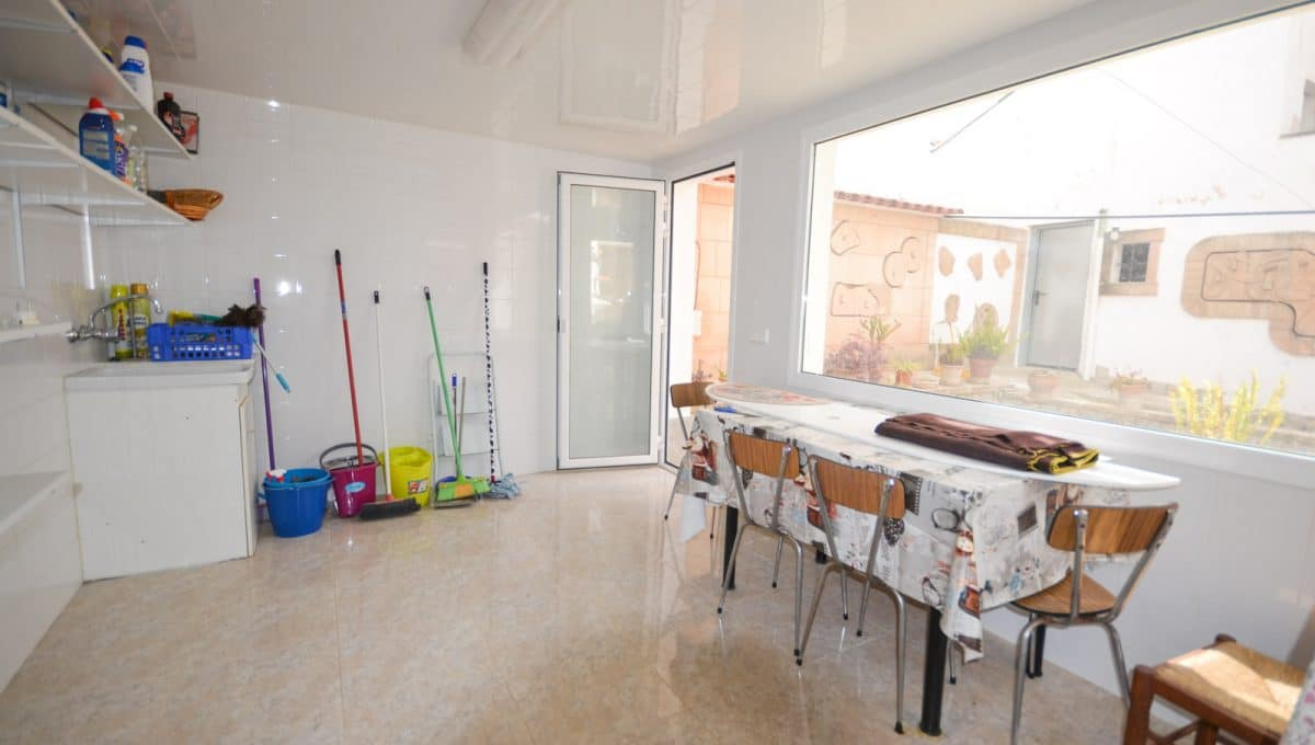 Breite Waschküche mit grosse Fenster in Felanitx