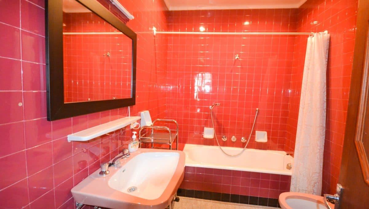 Breite Badezimmer mit rote Flisen