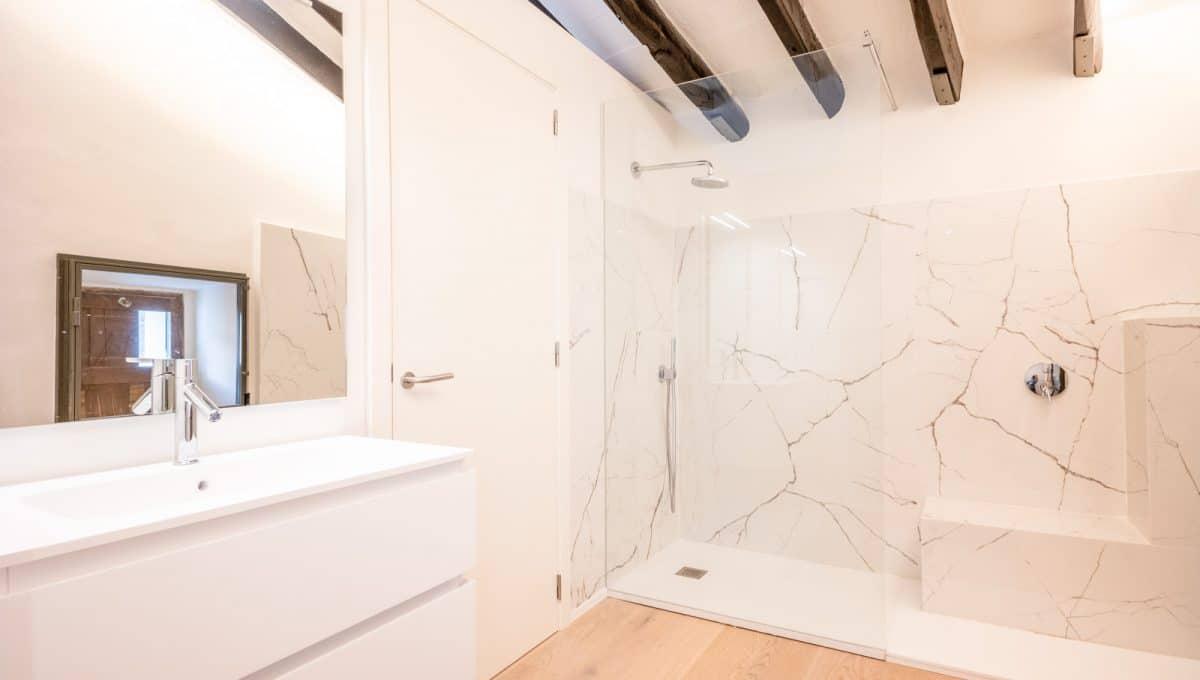 Moderne Badezimmer mit Balken und Marmor