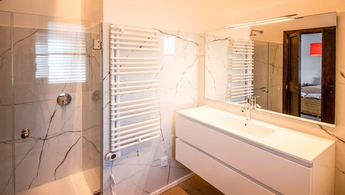 Moderne Badezimmer mit Marmor