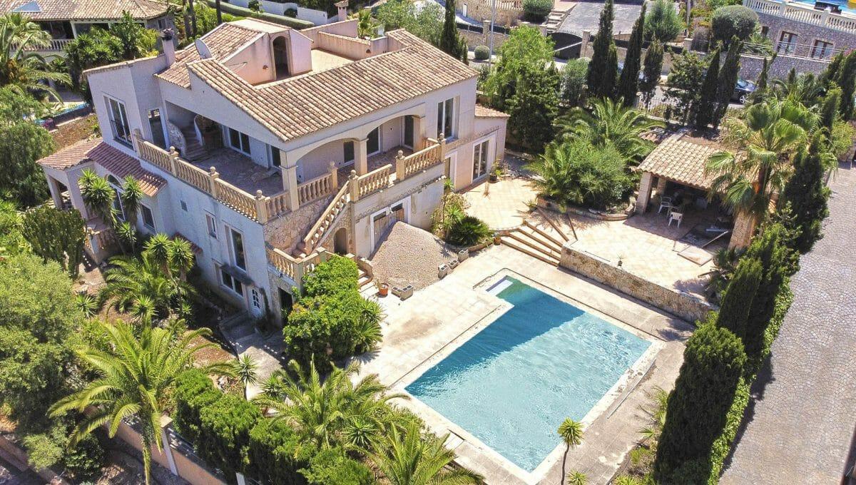 Blick auf dem Pool und die Villa