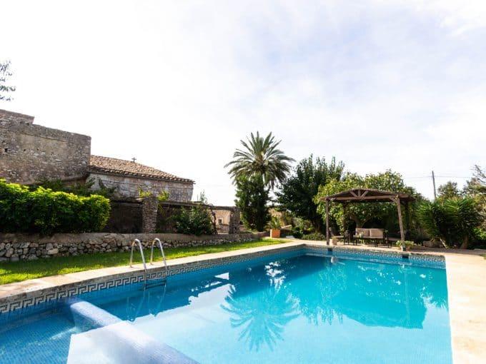 Pool mit Grass in Son Valls
